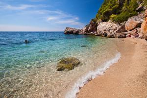 Oblázková pláž, Sveta Nedjelja, ostrov Hvar, Chorvatsko