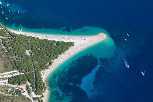 Pláž Zlatni rat, Bol, ostrov Brač, Chorvatsko