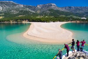 Oblázková pláž Zlatni rat, Bol, ostrov Brač, Chorvatsko