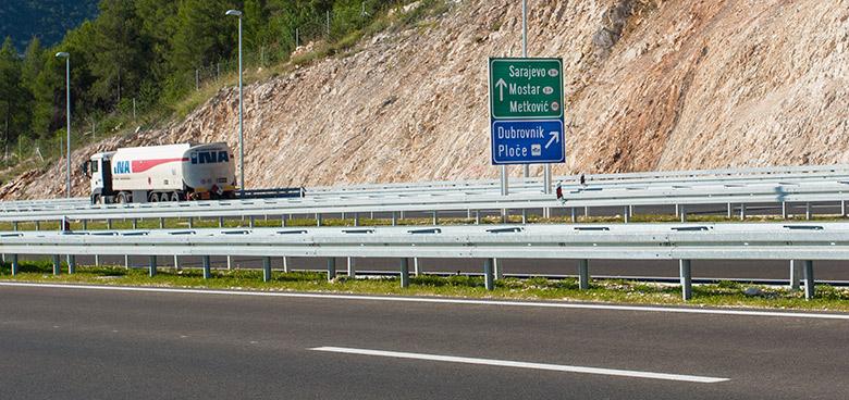 Sjezd z dálnice při cestě do letoviska Gradac, Chorvatsko