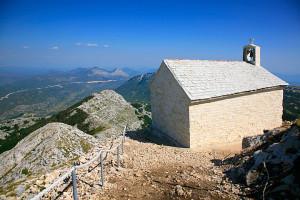 Výhled na krajinu od kostela sv. Jiří, pohoří Biokovo, Chorvatsko