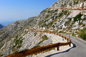 Silnice na vrchol Sv. Jure, pohoří Biokovo, Chorvatsko