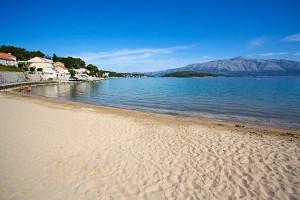 Písečná pláž Tatinja, Lumbarda, ostrov Korčula, Chorvatsko