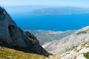 Pohled na Bašku Vodu a ostrov Brač z pohoří Biokovo, Chorvatsko