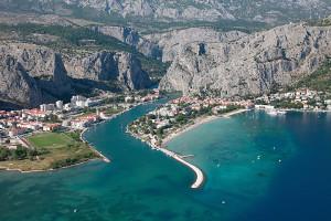 ústí řeky Cetiny do moře, Omiš, Chorvatsko